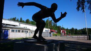 Maier Arena Statue av Fred Anton Maier, f.15.12.1938-d.09.06.2015.. OL-gull 5000m i 1968 OL-Sølv 5000 m i 1964 OL-Sølv 10000m i 1964 og 1968 Europamester og Verdensmester i 1968, 9 mesterskapsmedaljer, enkeltdistanser, i VM. 8 mesterskapsmedaljer, enkletdistanser, i EM Innehatt 11 verdensrekorder Egebergs Ærespris 1967 Oscarstatuetten 1968 Årets Idrettsmann 1968 Århundrets idrettsmann i Vestfold 1900-1999 3 Norske Mesterskap i 100km sykkel.